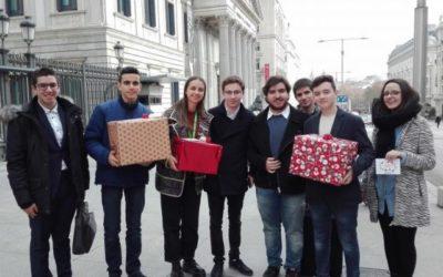 Estudiantes hacen «regalos navideños» a los partidos políticos
